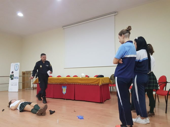 La Policía Científica de Málaga muestra su trabajo en el Colegio San José de Vélez-Málaga