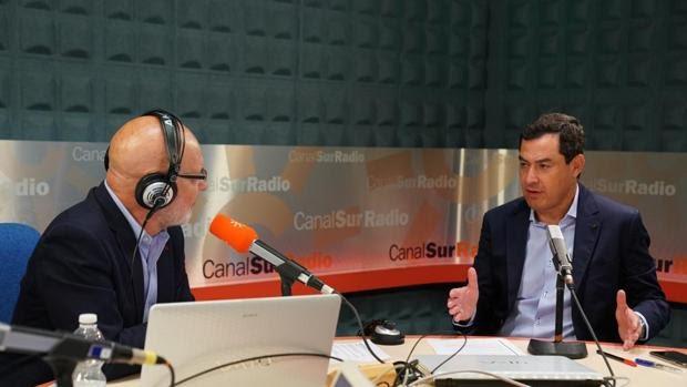 """El presidente de la Junta de Andalucía, Juanma Moreno, ha descartado este lunes que la comunidad vaya a pedir el estado de alarma en la situación actual pero ha reclamado al Gobierno un mecanismo más rápido y ágil por si se quiere confinar alguna localidad, ya que ve """"un error"""" el actual proceso."""