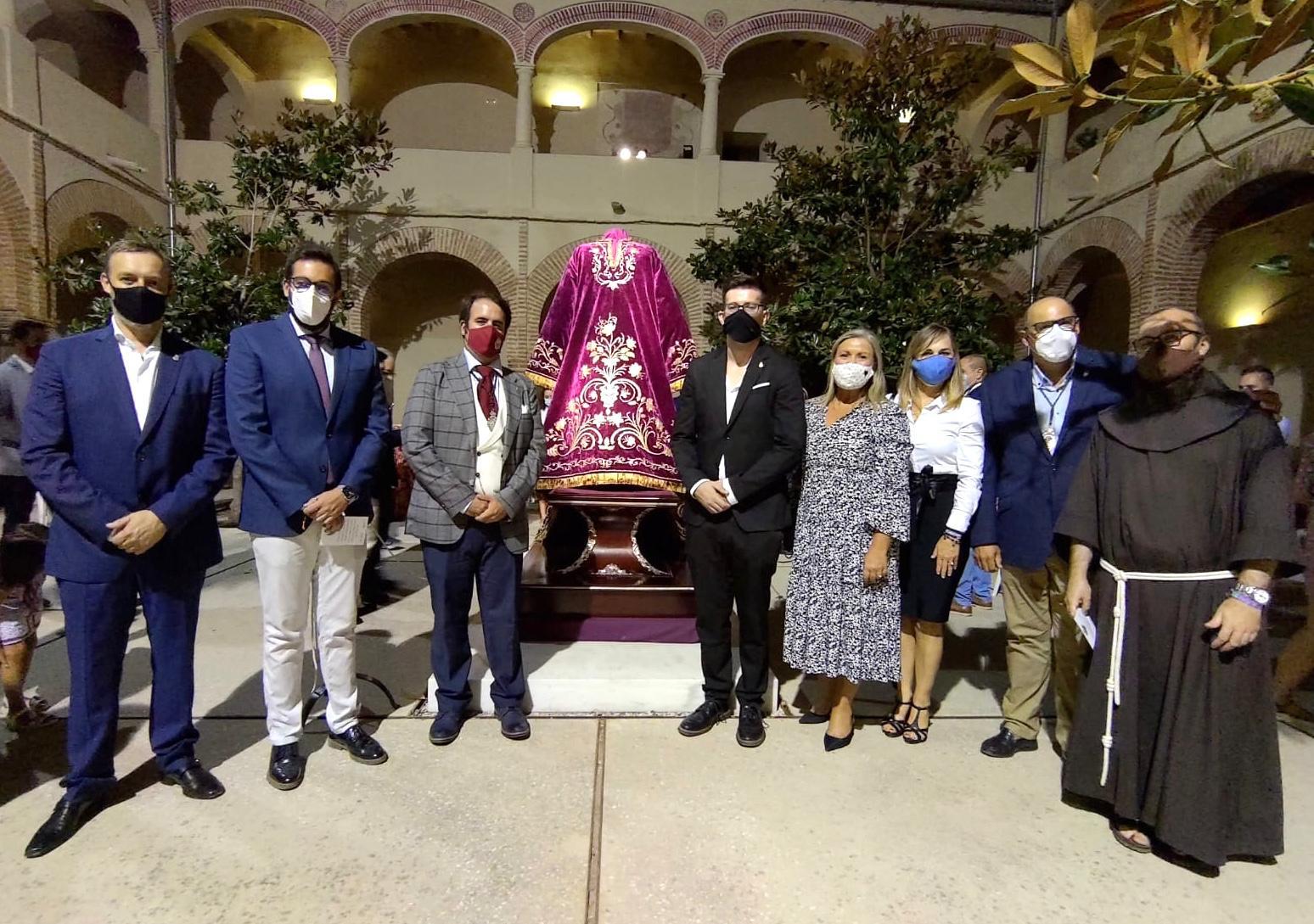 El Ayuntamiento veleño ha subvencionado el 85% de la restauración de la túnica de Jesús 'El Pobre'.