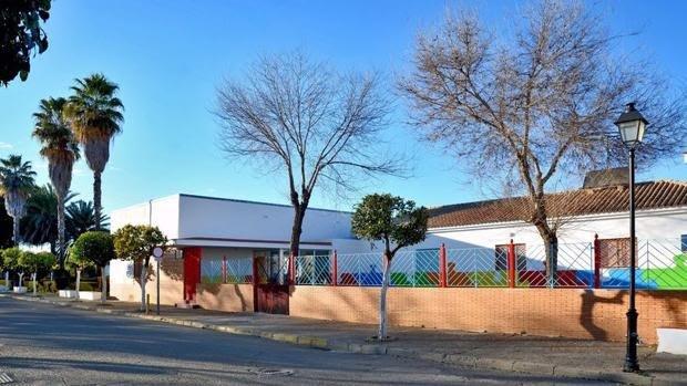 El centro educativo, de titularidad municipal, cierra al cuarto día de iniciarse el curso tras haber dado positivo la directora del centro.