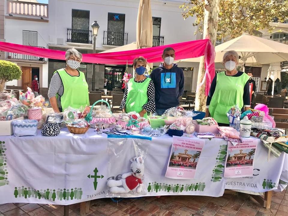 Las voluntarias de AECC en Nerja han puesto su mesa del #DíaMundialCáncerMama y los comercios del municipio se han volcado para mostrar su apoyo y sacar pecho por ellas.