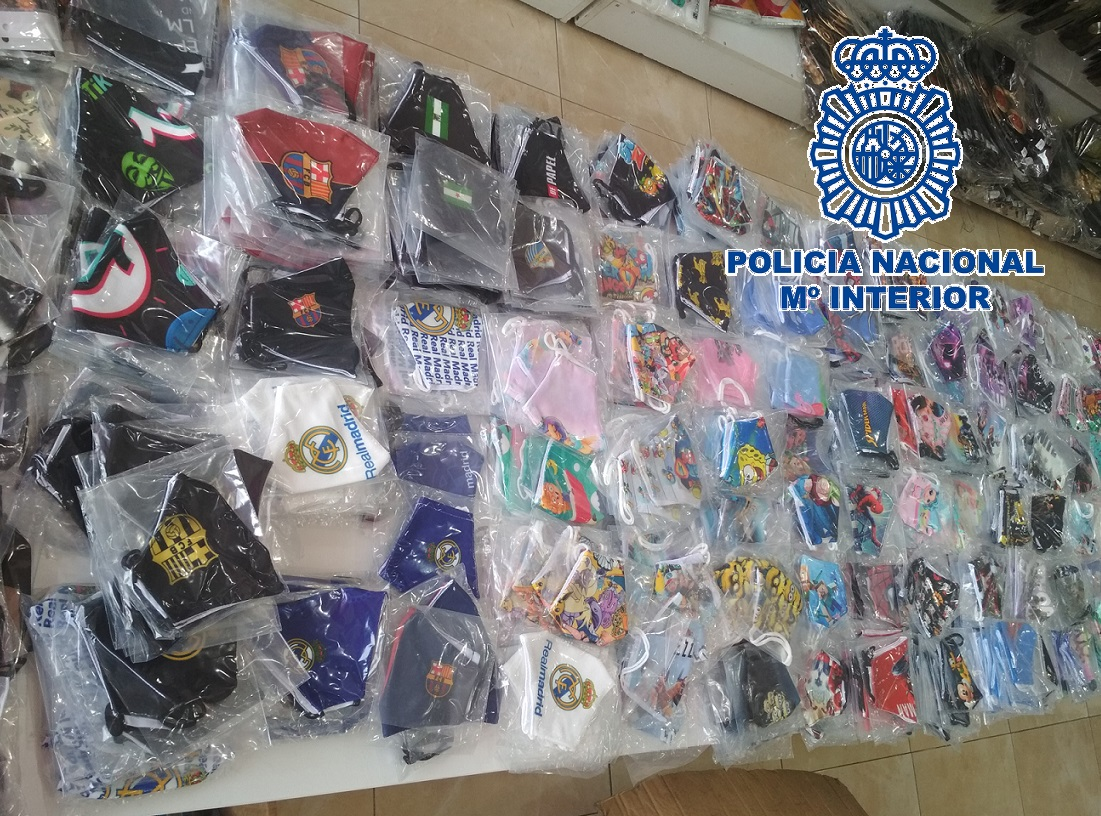"""Agentes de la Policía Nacional han intervenido 11.261 mascarillas falsificadas -listas para su distribución y venta- en la inspección a un establecimiento en el polígono Guadalhorce, en Málaga. En el marco de la operación """"Chipi""""."""