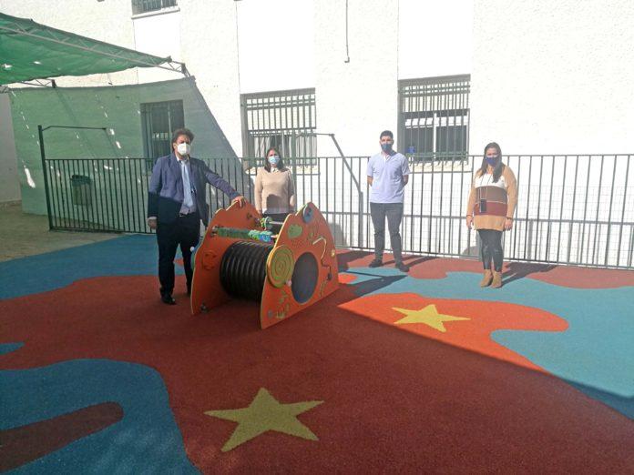 El alcalde Abdeslam Lucena, y la concejala de Educación María Leonor Muñiz, han visitado las mejoras realizadas en el centro educativo Eduardo Ocón Rivas.