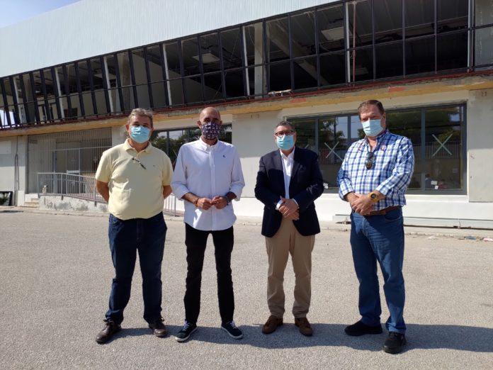 El alcalde de Vélez-Málaga, Antonio Moreno Ferrer, y el concejal de Infraestructuras, Juan García, visitan las obras de edificio Mercovélez cuya primera fase está a punto de finalizar
