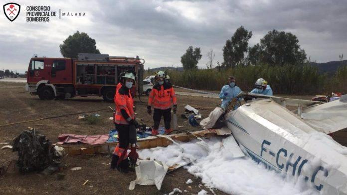 Un joven ha fallecido y otro ha resultado herido este domingo tras estrellarse una avioneta en la que viajaban en el municipio malagueño de Vélez-Málaga, según han informado desde el Consorcio Provincial de Bomberos (CPB).