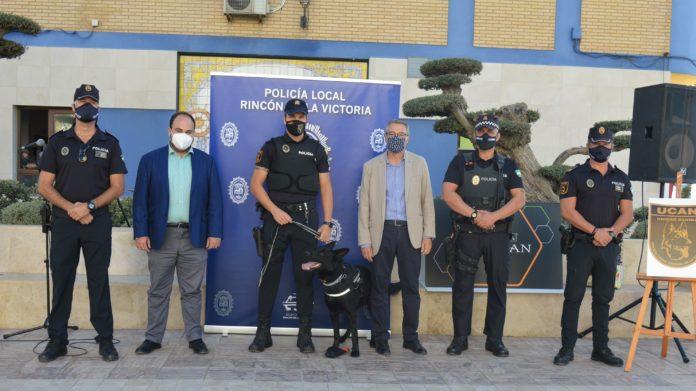 El Área de Seguridad Ciudadana del Ayuntamiento de Rincón de la Victoria ha presentado la primera Unidad Canina (UCAN) de la Policía Local que apoyará los servicios de lucha contra el menudeo y el consumo de drogas en lugares públicos del municipio.