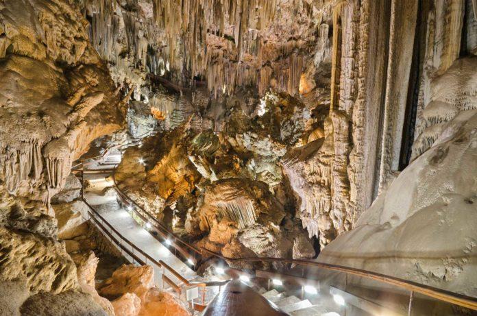 Las nuevas medidas y restricciones para frenar los contagios anunciadas por el presidente de la Junta, Juanma Moreno, han obligado al cierre de la Cueva y el Museo de Nerja, según han informado en un comunicado.