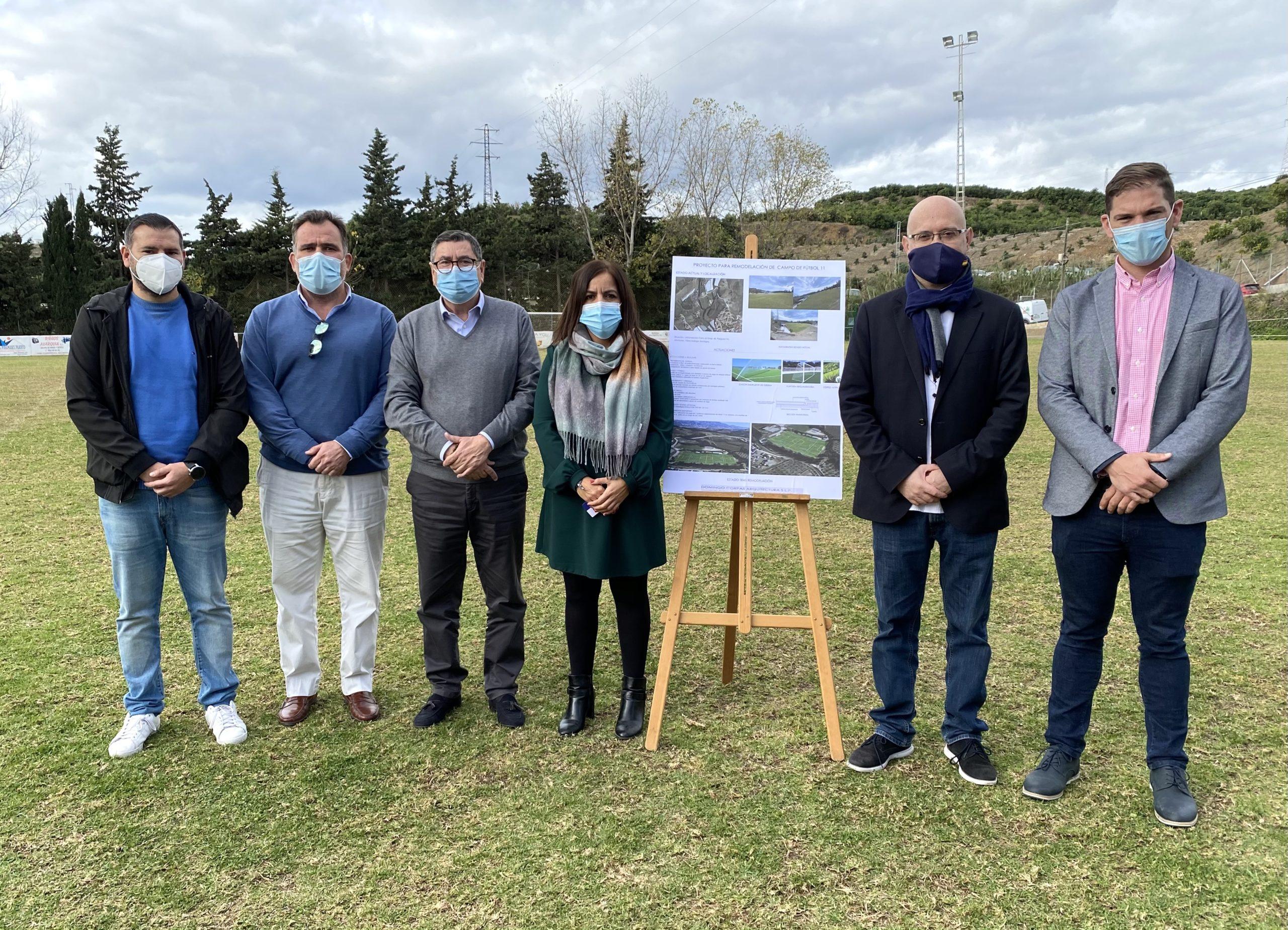 renovación del césped en el campo de fútbol de Almayate