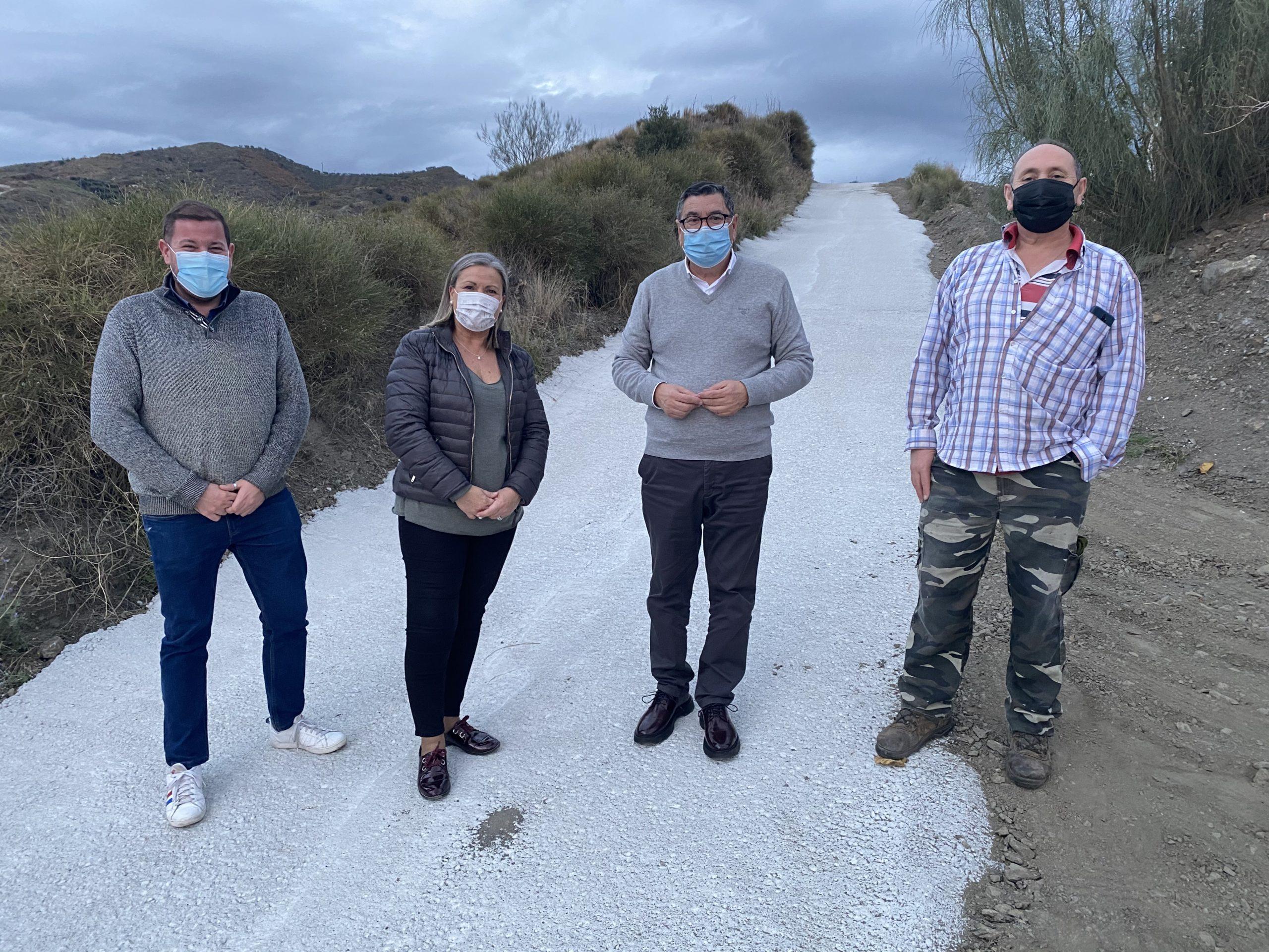 El alcalde de Vélez-Málaga, Antonio Moreno Ferrer, y la concejala delegada en Triana, Lola Gámez, visitaron las obras del carril, conocido también como el 'carril de La Residencia'.