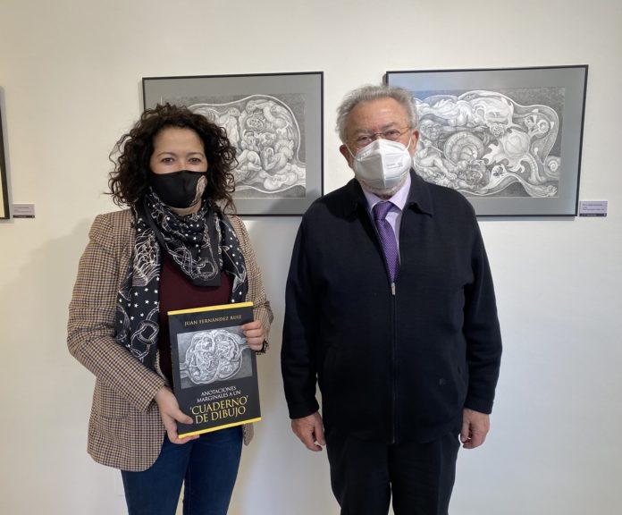 La concejala de Cultura, Cynthia García, acompañada por el artista Juan Fernández Ruiz.