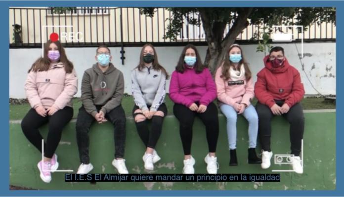 Escolares de la Axarquía con edades comprendidas entre los 10 y 13 años han grabado un anuncio para que otras jóvenes reflexiones sobre las desigualdades.