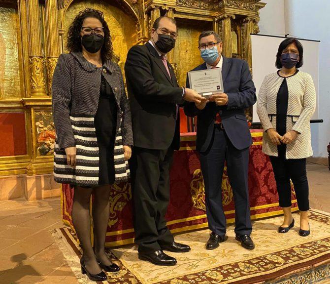 El Ayuntamiento se ha hecho entrega también de un recuerdo a la familia de Carlos Enrique y al presentador del acto