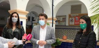 El alcalde de Torrox, Óscar Medina, ha acompañado a la asesora de programa del Instituto Andaluz de la Mujer en Málaga, María Encarnación Santiago Toro, en su visita institucional al municipio.