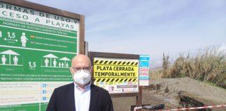 El teniente de alcalde de Torre del Mar y concejal de Playas, Jesús Pérez Atencia, ha visitado la playa de 'El Mortero'