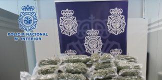 La entrega de la mercancía a diferentes colectivos y entidades de la comarca estuvo precedida de una intervención policial, donde agentes de la Comisaría de Vélez-Málaga interceptaron un vehículo tras una maniobra evasiva del conductor.