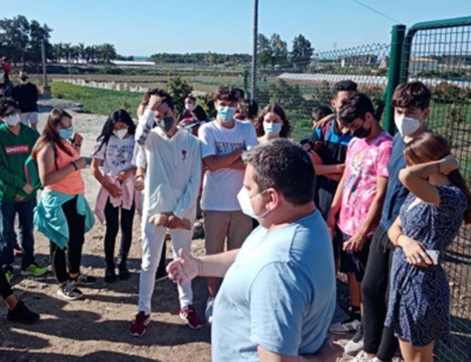 Alumnos del IES Joaquín Lobato participan en una ruta por los yacimientos Los Toscanos en Almayate