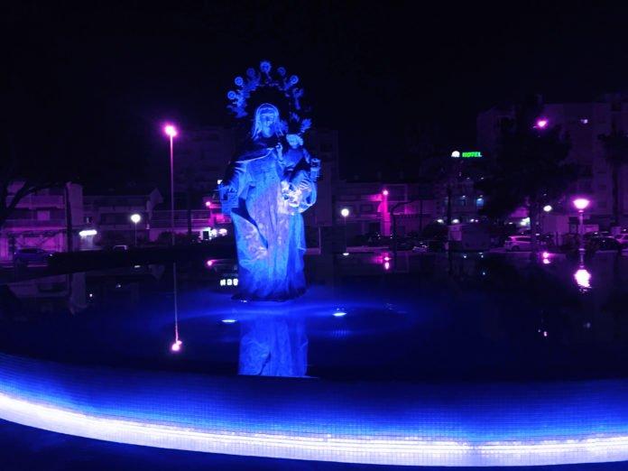 La fuente de la Virgen del Carmen torreña en el paseo marítimo se teñirá de azul.