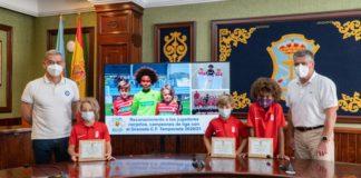 El Granada C.F. ha obsequiado al alcalde de Nerja con una camiseta personalizada y el número 10.