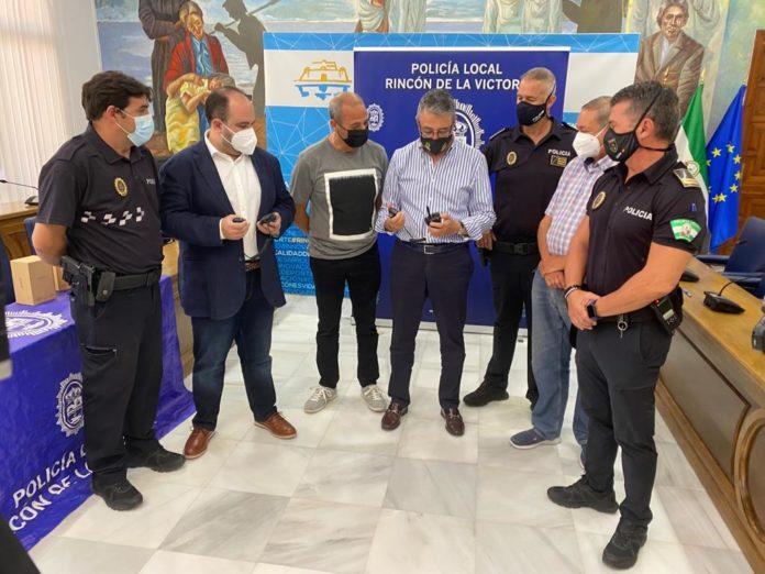 El Ayuntamiento de Rincón de la Victoria ha renovado el sistema de transmisión de la Policía Local dotando de nuevos equipos que mejorarán notablemente la calidad de las comunicaciones, y por tanto los servicios de los agentes en la calle.