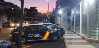 Los agresores resultaron ser dos menores de 17 años, siendo reconocidos ambos por la víctima, que fue trasladada en ambulancia a un hospital y que requirió puntos de sutura entre el entrecejo y la nariz.