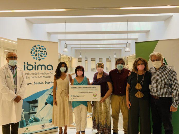 Una representación de este colectivo de la Axarquía visitó los laboratorios del Instituto del Hospital Universitario Virgen de la Victoria en el que se desarrolla el proyecto, junto a profesionales del área de Oncología Médica.