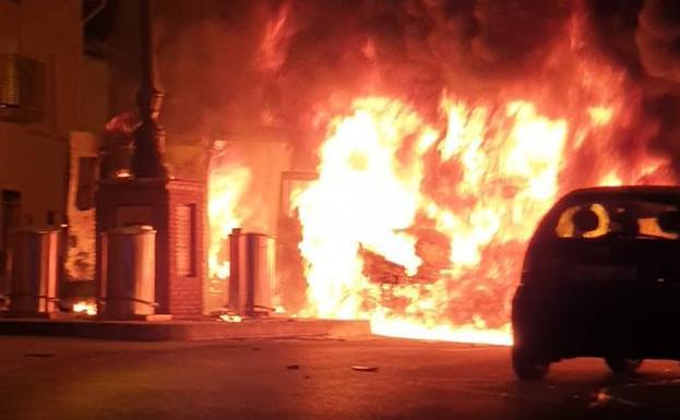 El fuego no ha provocado daños personales en Vélez-Málaga, capital de la Axarquía..