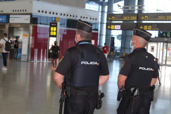 El reclamado por la justicia húngara fue detenido en el aeropuerto de Málaga donde fue sorprendido cuando se trataba de contactar en los aparcamientos del aeródromo con un enviado de Hungría, que se disponía a facilitarle dinero y documentación.