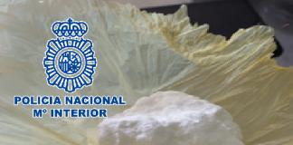 Agentes de la Policía Nacional han desarticulado, en una vivienda habitada de la barriada malagueña de García Grana, un punto de distribución de cocaína y hachís a pequeña escala.