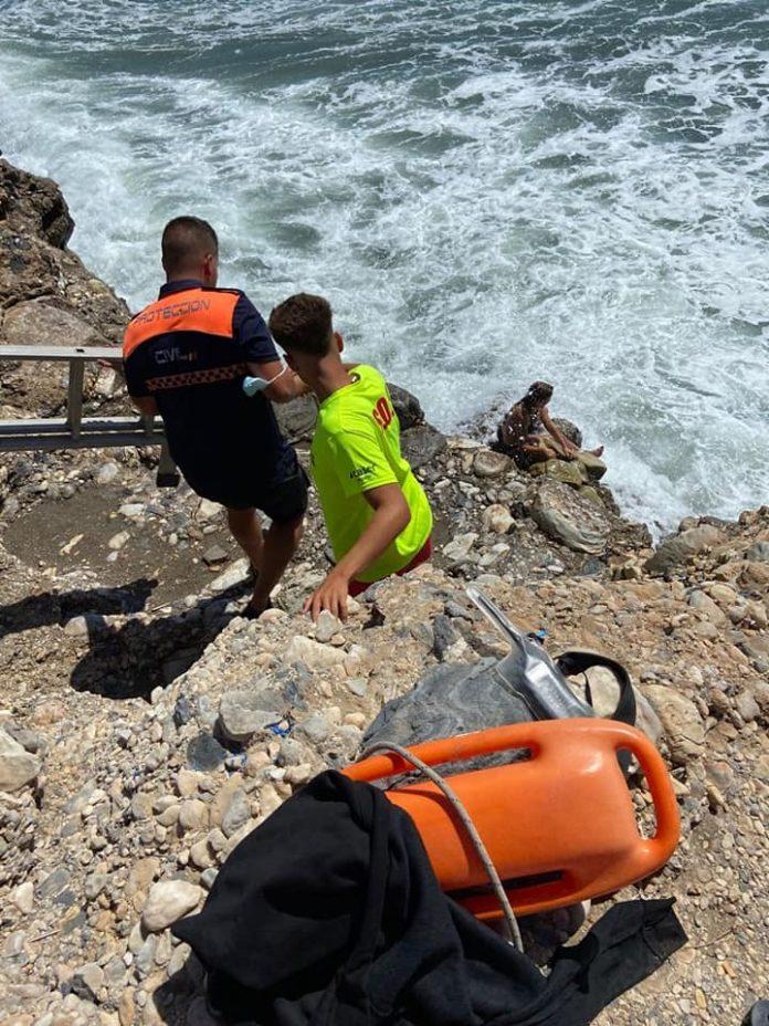 Los socorristas tuvieron que usar una escalera de pintor para llegar hasta la mujer.