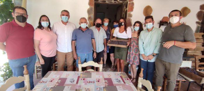 Junto con el alcalde y concejales, Rodríguez ha visitado los paseros del municipio donde ha conocido de primera mano la labor que se realiza en esta época con la uva pasa en la Axarquía Costa del Sol.