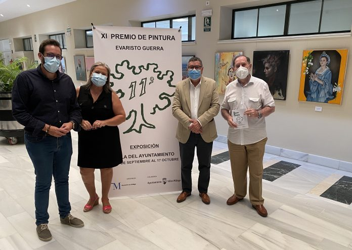 El alcalde de Vélez-Málaga, Antonio Moreno Ferrer, la concejala de Ferias y Fiestas, Lola Gámez, y el pintor Evaristo Guerra, ha inaugurado la exposición.