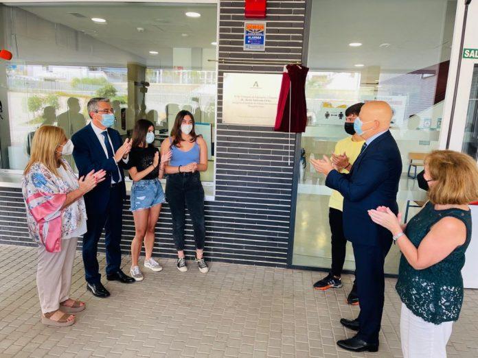 Imbroda ha inaugurado el IES Margarita Salas junto al alcalde de la localidad, Francisco Salado, escolares y docentes.