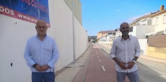 Pérez Atencia y Juan García han visitado la zona donde se ha instalado un total de once luminarias Led de ocho metros de alto cada una.