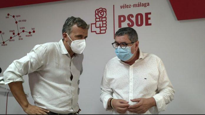 Moreno Ferrer y Nacho López en la sede socialista de Vélez-Málaga.